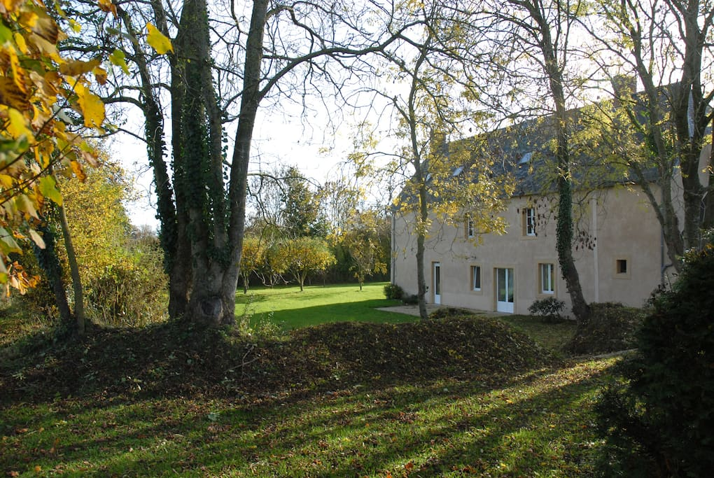 La Ferreterie -arrière de la maison avec sa terrasse à l'ouest