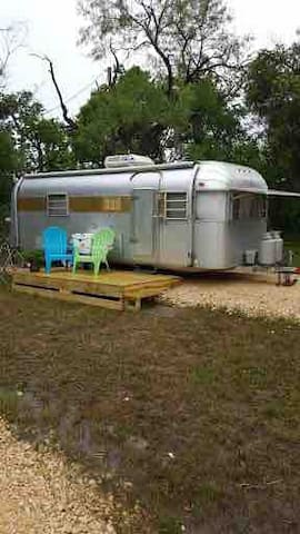 """Fun n Comfy Vintage Trailer & Glamping """"Lucy"""""""