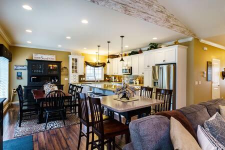 """Luxe Home Retreats"" Savannah, Lake/Waterpark 1 mi"