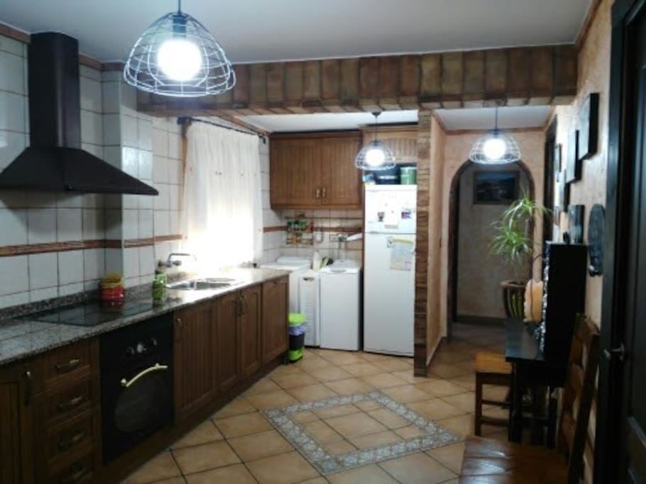Cocina y acceso a las habitaciones/  Kitchen and access to the bedrooms
