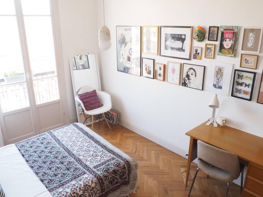 Une chambre trés ensoleillée avec son balcon