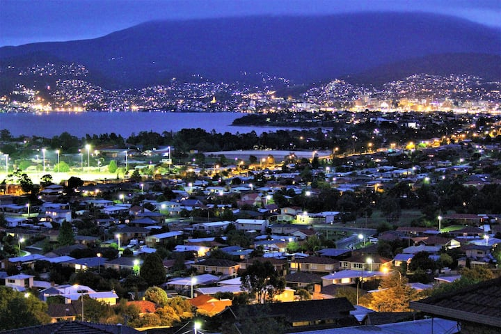 Stylish Apartment with Hobart Views, 8 mins CBD