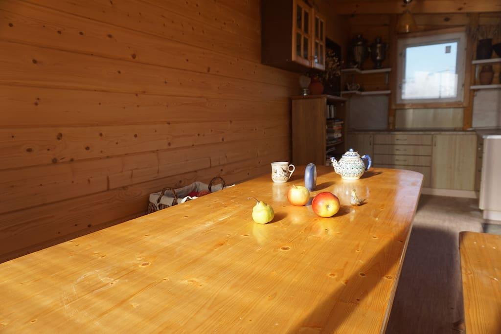 Веранда с мини-кухней и большим столом