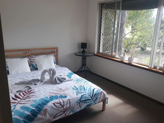 Quiet private room with shops in walking distance