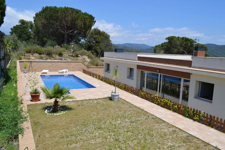 Double bedroom with bathroom, in villa with pool. - Argentona - Casa particular