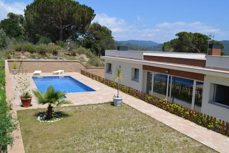 Habitación doble con baño, en chalet con piscina. - Argentona - Casa particular
