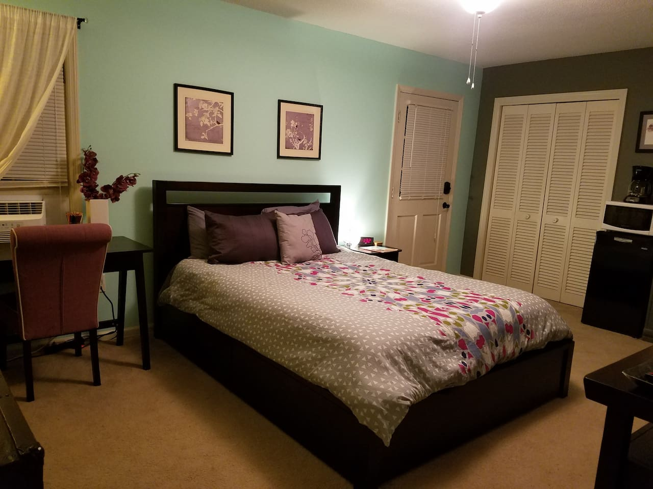 Queen bed with deluxe linens.