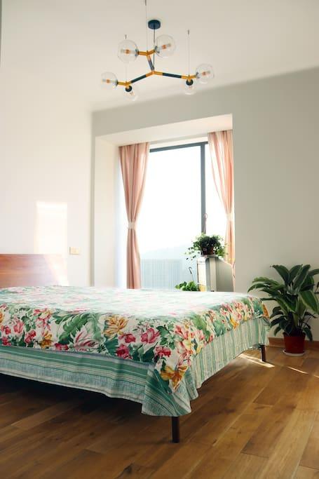 南卧室采光非常好,冬季阳光每天都会洒满房间,非常温暖。胡桃木实木大床,大衣柜,落地玻璃窗视野很好。此房间配有空调,没有电视,介意的请勿拍。