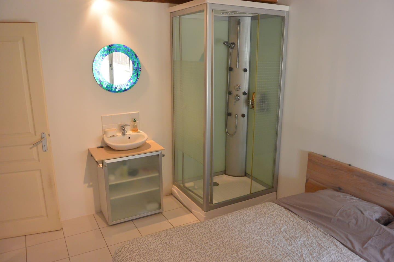 Douche et lavabo individuels