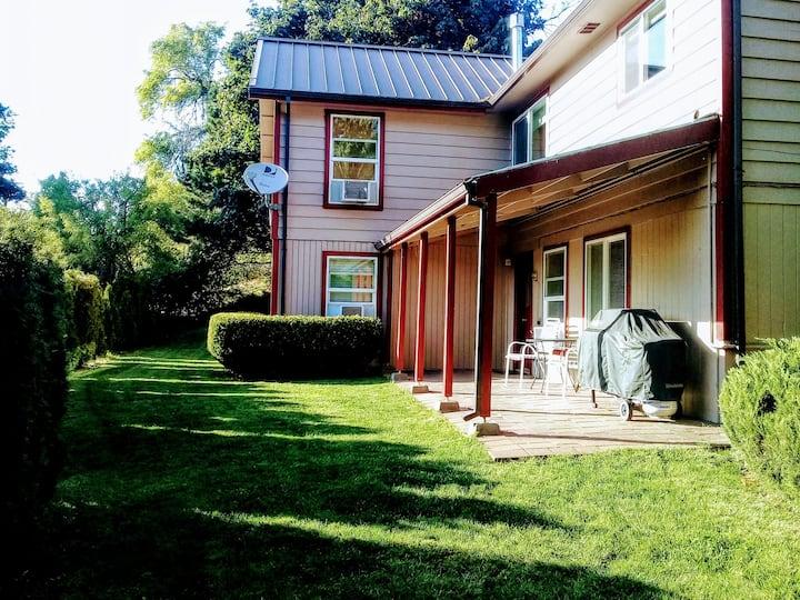 Downtown White Salmon Garden Home, 4mi from HR