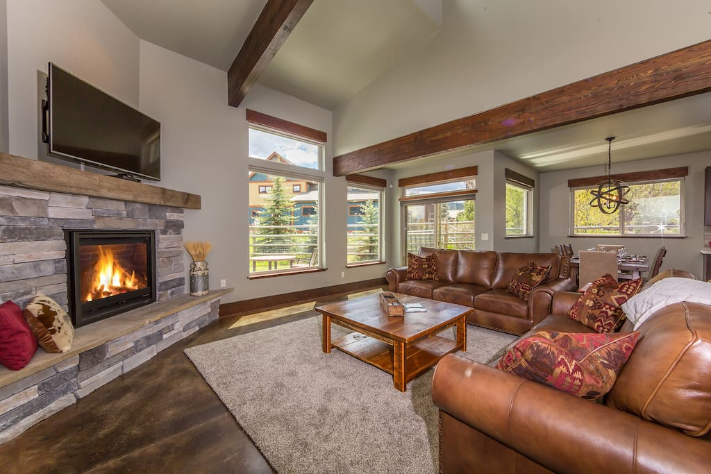 Living room, gas fireplace, heated concrete floors, vaulted ceilings