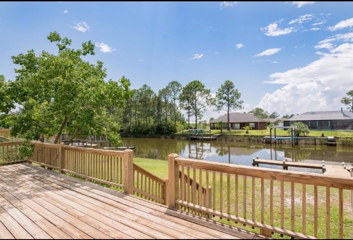 *Waterfront Home #2 with Boat Dock Poles & Kayaks!