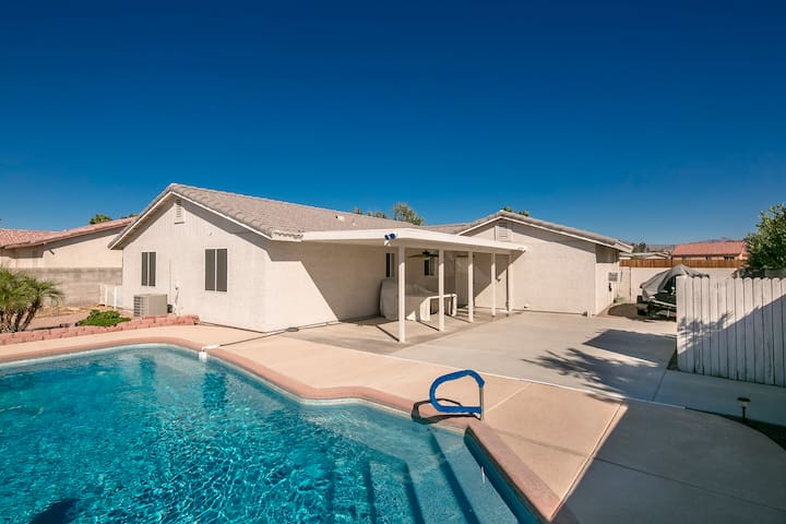 SWIMMING POOL (5167) VACATION RENTAL HOME, 3 Queen Beds, 2 Baths (5167)
