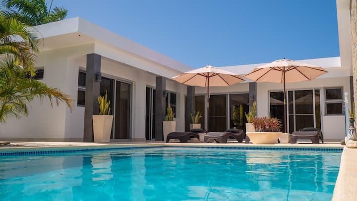 Villa Aurora - 4 suite modern house close to beach