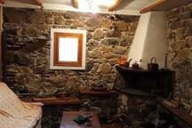 Tavernetta spazio comune con divano, camino , tavolo,..