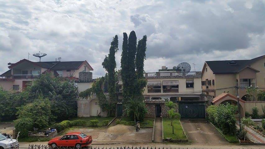 Chambre (violette) privée à Abidjan, Cocody