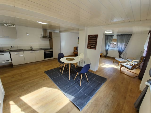 Cozy bright apartment near the lake