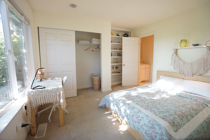 Sunny Room En Suite Bath near Alki Beach