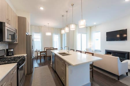 Gorgeous Unit, On-site pool, Free-WiFi, Walking Distance from the Beach
