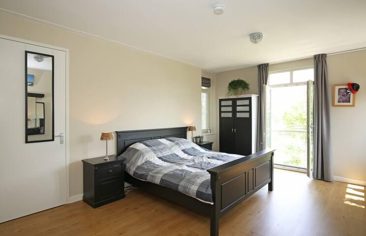 Slaapkamer met eigen badkamer met o.a. ligbad