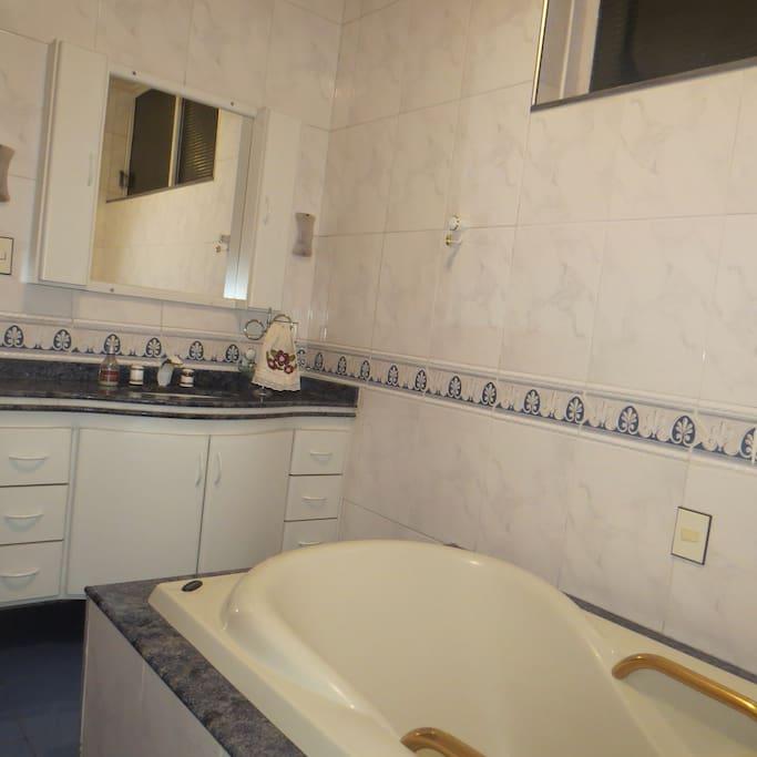 Banheiro amplo e de uso exclusivo do hóspede.