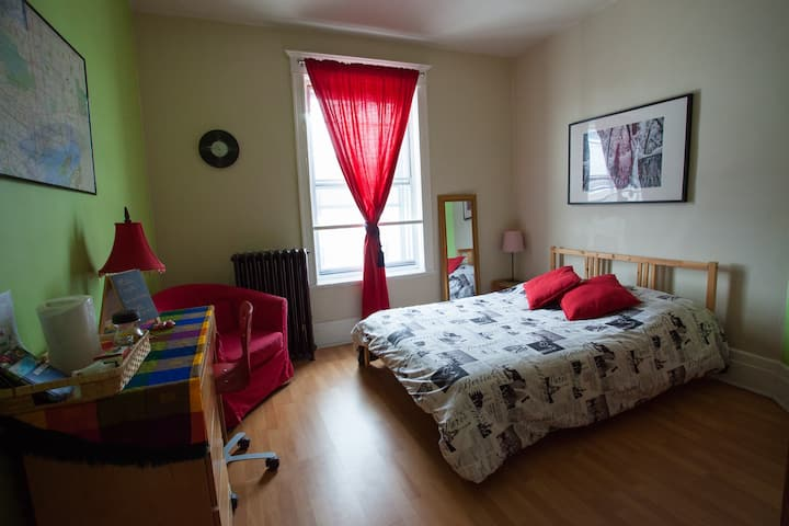 Colorful room (no fees) close to everything!