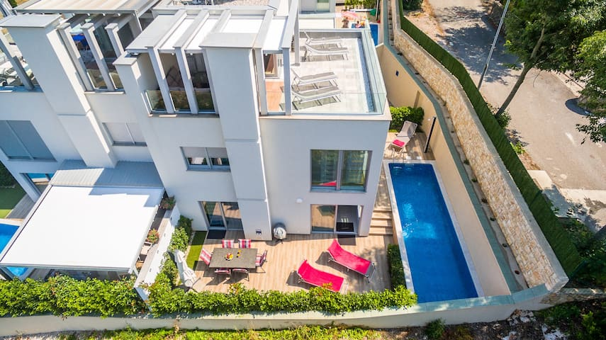 Modern 3 Bedroom Villa close to the beach