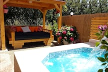 (NEW PHOTO) LARGE WOODEN COVERED BED AND HOT TUB JACUZZI, IDEAL FOR RELAXING AND ENJOYING YOUR VACATION !