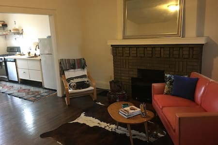 Cool Weinland Park townhouse, sleeps 4 - Columbus