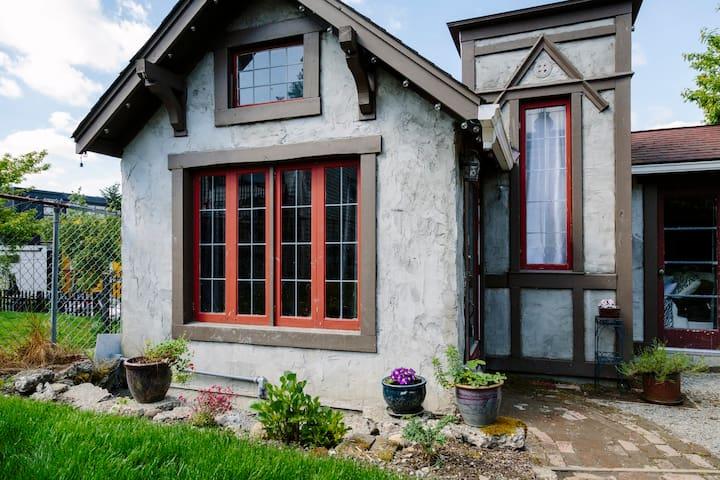 Detached English Tudor Cottage - Seattle