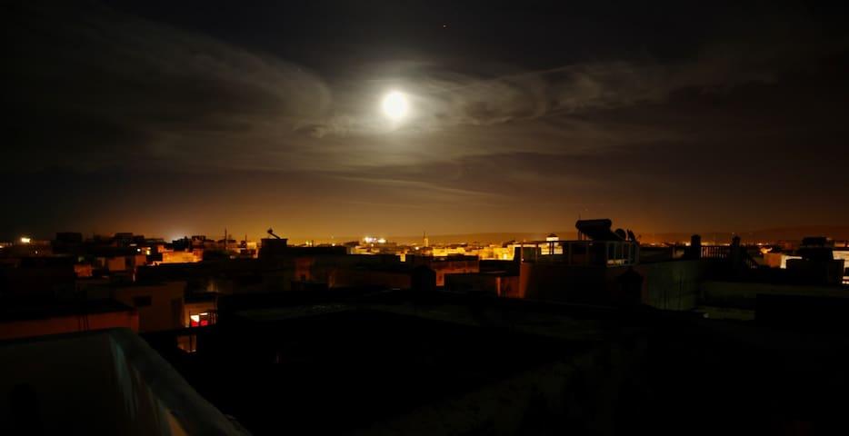 Belle pleine lune illuminant la vieille ville