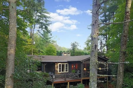 """""""BearHaven"""" Vintage Highlands Cottage at it's Best"""
