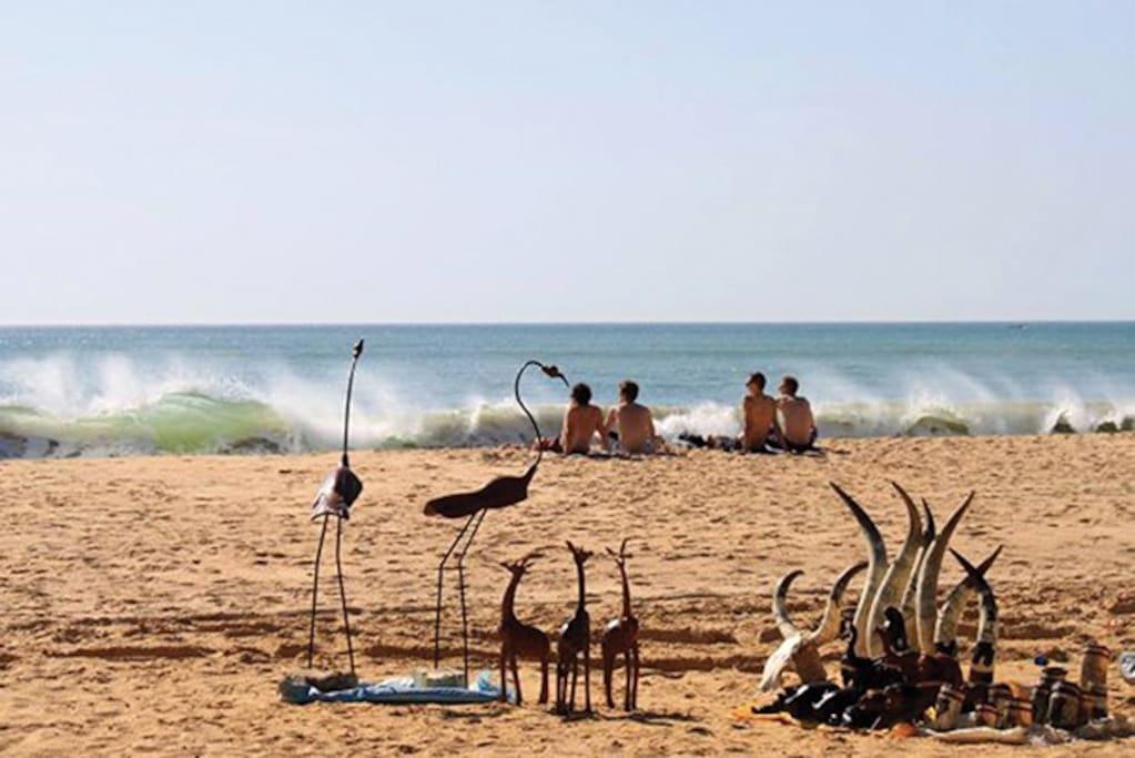 Les oeuvres des artistes sur le bord de la plage