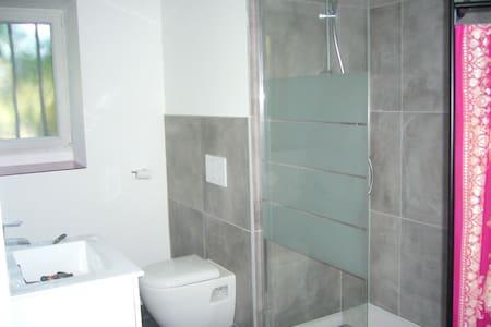 chambre avec salle de bains et wc - House