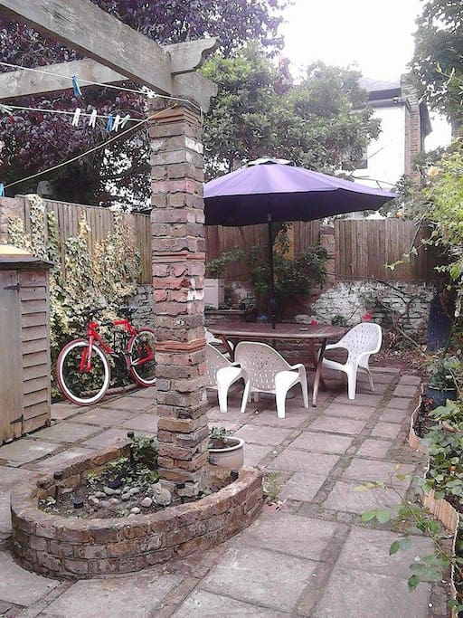 Look at that! such a nice and cosy garden.