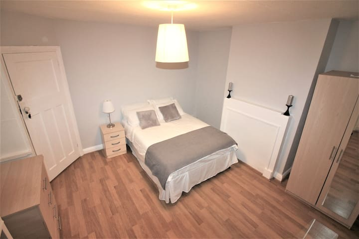 Large Double Room in Orpington