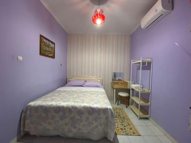 Double Room (kamar tidur dengan queen bed dengan warna ungu yang romantis)