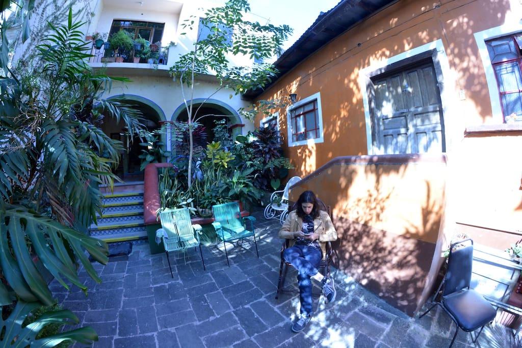 El patio es un lugar fresco para descansar los dias calurosos