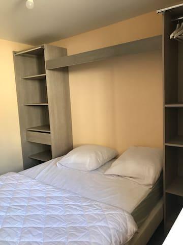 Chambre rdc avec lit 140x190 couette 200x200 oreillers 60x60