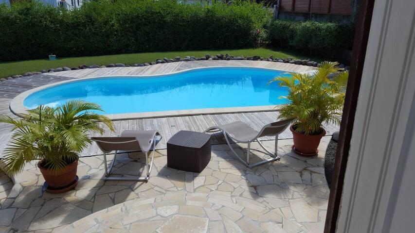 Chambre privée avec piscine au centre de l'île