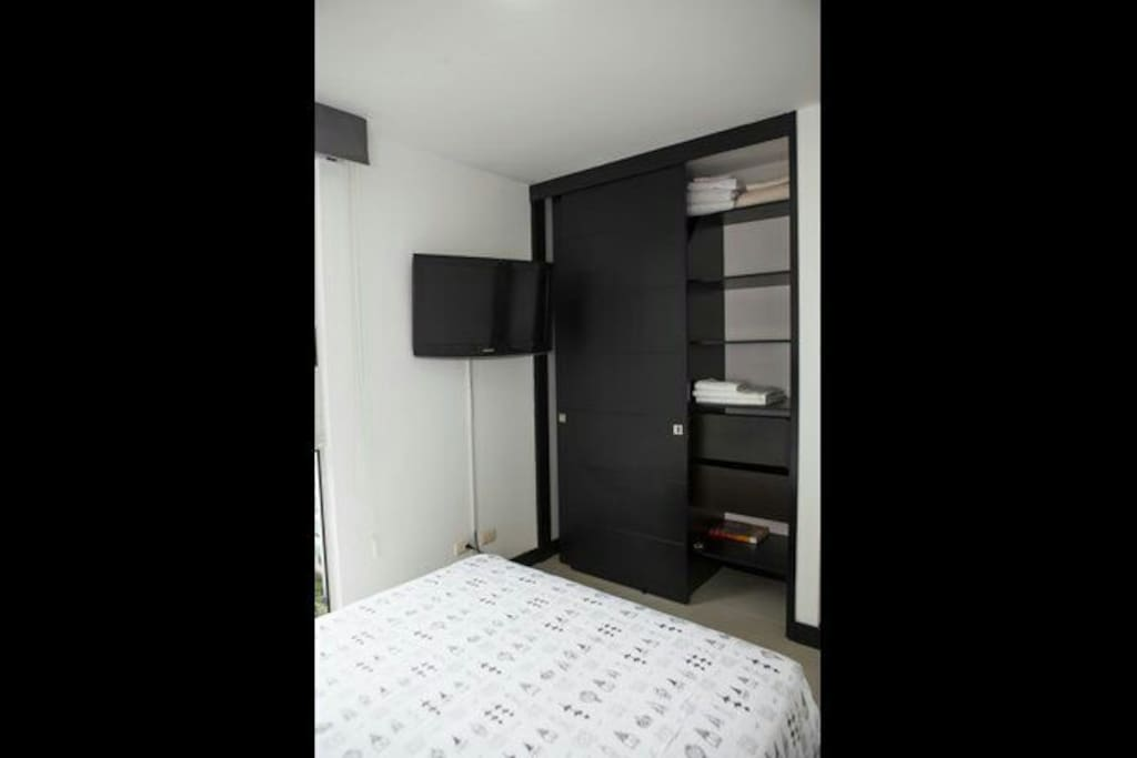 habitación cómoda con colchón doble pilo