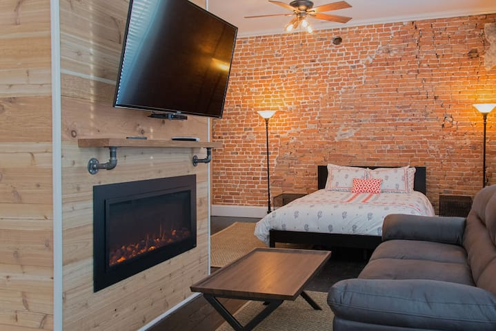 Rustic Apartment overlooking Franklin & Main St