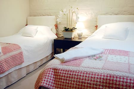 Family bedroom - Old Alresford - House