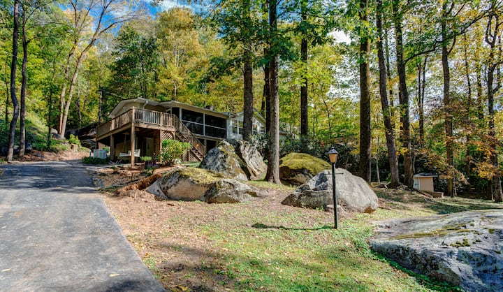 Chimney Rock Riverhouse: Located directly across from the Rocky Broad River