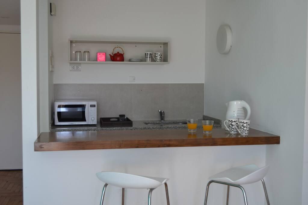 La kitchenette cuenta con microondas, pava eléctrica y cafe y te de cortesía