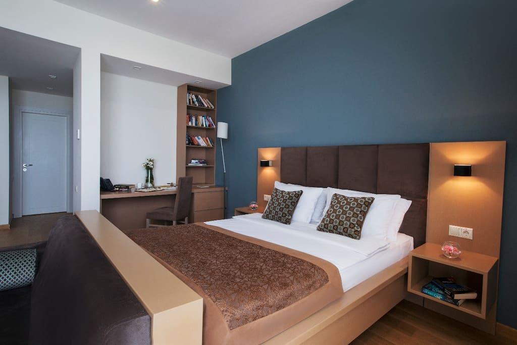 Двухместная кровать и Рабочий стол