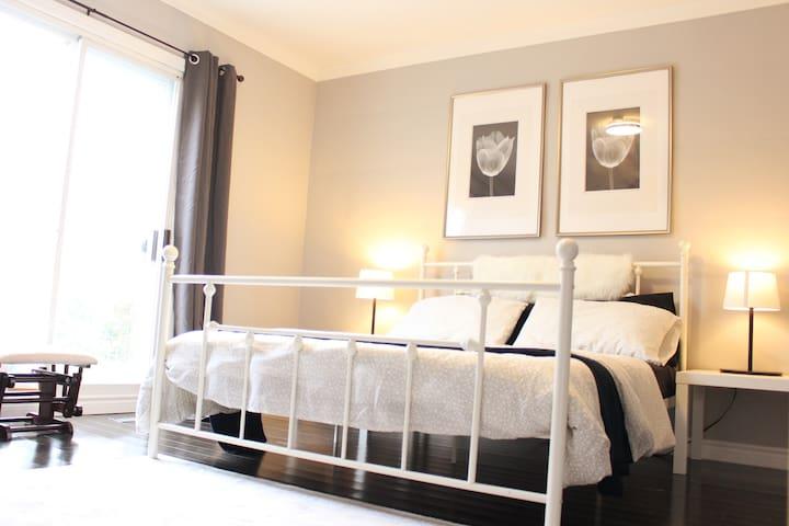 ★Spacious sunlit suite | 2 Private Floors & Patio★