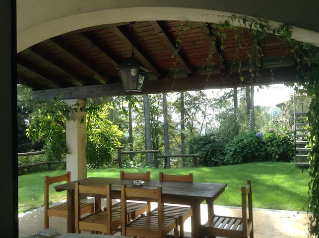 il portico con il tavolo da pranzo