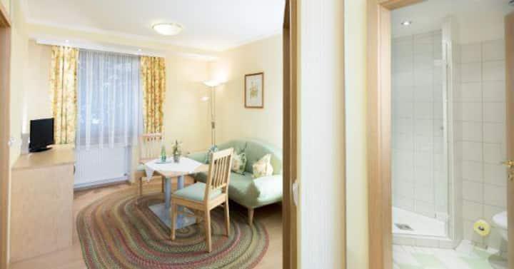 Gasthaus Glaser (Bad Füssing), helle Suite (ca. 42qm) für 4 Personen mit getrenntem Wohn- und Schlafraum