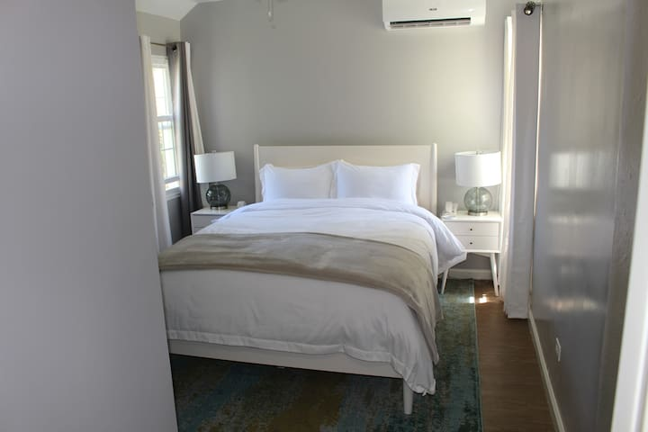 Master bedroom - Queen bed. Previous guests have said the bed is very comfortable!